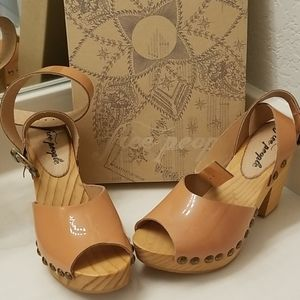 Free People size 36 nude sandals